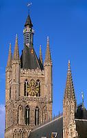 Belfried und Rathaus in Ypern (Ieper), die gotische Tuchhalle, der größte gotische Profanbau Europas wurde nach der völligen Zerstörung im 1. Weltkrieg wieder aufgebaut, Flandern, Belgien, Unesco-Weltkulturerbe