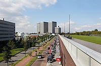 Nederland Rotterdam 2017 04 09. Het Dakpark. Het Dakpark is een langgerekt park in Rotterdam-West. Het is op negen meter hoogte aangelegd op een oud spoorwegemplacement, dat is omgebouwd tot een winkelboulevard. Het Dakpark strekt zich over ongeveer een kilometer uit van het Hudsonplein tot vlakbij het Marconiplein. Het is ongeveer 85 meter breed. Bij de totstandkoming van het park is de inbreng van de bewoners van groot belang geweest. Het park is het resultaat van een bewonersinitiatief van zo'n 15 jaar geleden. Het project is mede gefinancierd met Europees geld en is in 2014 opengegaan. Berlinda van Dam / Hollandse Hoogte