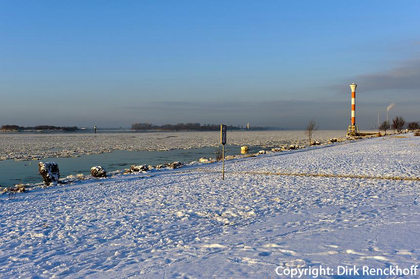 verschneiter Strand der Elbe in Hamburg-Blankenese, Deutschland