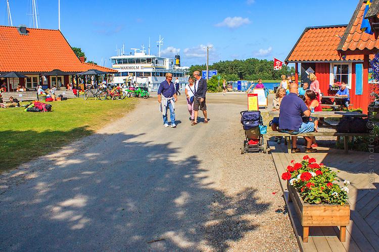 Turister vid bodar Gruvbryggan på Utö i skärgården