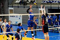 GRONINGEN - Volleybal, Lycurgus - ZVH , Eredivisie, seizoen 2019-2020, 26-10-2019,  Lycurgus speler Dennis Borst tikt de bal over ZVH speler Benjamin Parkinson