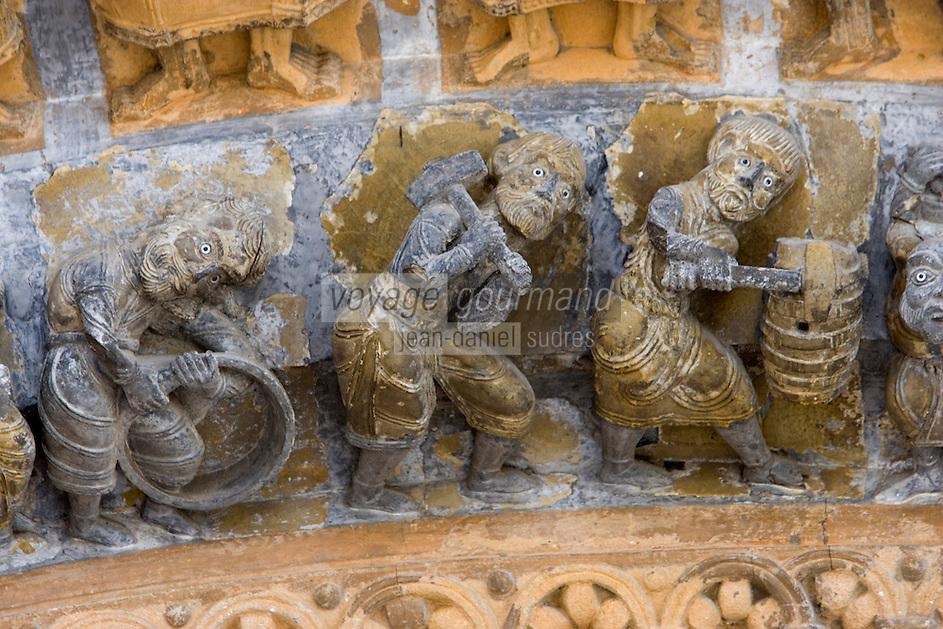 Europe/France/Aquitaine/64/Pyrénées-Atlantiques/Oloron-Sainte-Marie: Détail du portail roman de la Cathedrale Sainte-Marie,Détail scène de travail du tonnelier