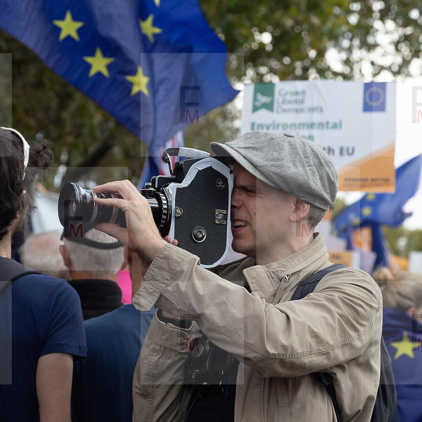 L'enorme marcia di circa un milione di persone a Londra contro la Brexit prima del ritiro ufficiale dell'Inghilterra dall'UE, il 31 ottobre.<br /> <br /> A huge march of roughly one million people in London against Brexit, before the official withdrawal of England from the EU on 31st October.