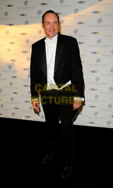 KEVIN SPACEY.At the Russia Midsummer Fantasy, in aid of the Raisa Gobachev Foundation, Stud House, Home Park, Hampton Court, England, UK, 7th June 2008. .arrivals full length black suit white shirt grass walking tuxedo.CAP/CAN.©Can Nguyen/Capital Pictures