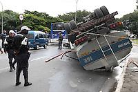 SAOPAULO, SP, 10-06-2012, TOMBAMENTO CARRETA.  Na manha de hoje (10) uma carreta que transportava agua tombou na Ponte da V. Guilherme, o motorista nao ficou ferido. Luiz GUarnieri/ Brazil Photo Press.