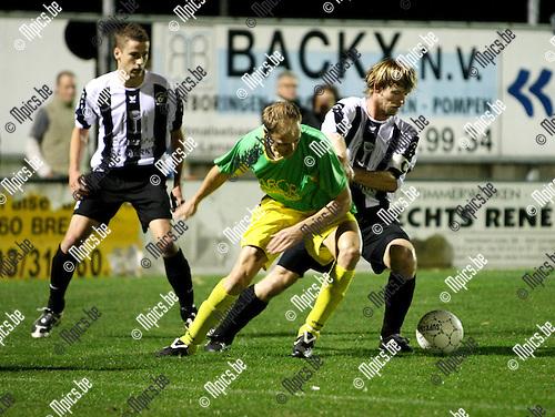 2009-10-03 / Voetbal / seizoen 2009-2010 / Sint Lenaarts - Esp. Neerpelt / Jurgen Bastiaensen (L, Sint Lenaarts) in duel met Vangerven..Foto: mpics