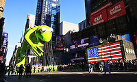 USA, NEW YORK, November 24, 2011.A Kermit the Frog balloon floats on Times Square while American celebrated the Macy's Thanksgiving day parade in New York, November 24,2011. VIEWpress / Eduardo Munoz Alvarez..The Macy's parade is considered by many to be the official start of the holiday season. Balloons, bands and dignitaries trooped through midtown Manhattan Thursday morning for the 85th annual Macy's Thanksgiving Day Parade. Media Reported.