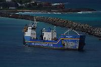 Frachtschiff im Hafen von Nassau, Bahamas - 26.01.2020: Nassau