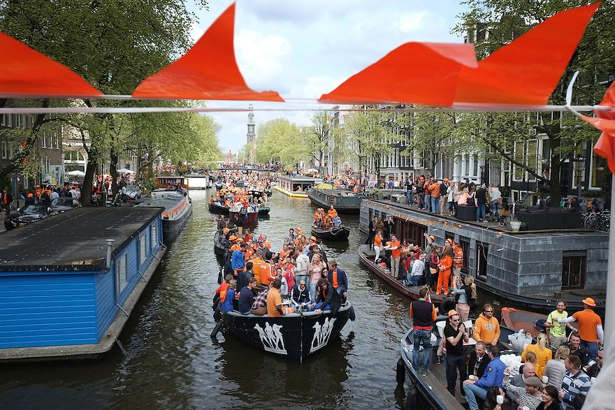 Nederland, Amsterdam, 30 april 2013<br /> Koninginnedag 2013.  Veel oranje in de stad, leuk uitgedoste mensen. De grachten vol met bootjes.<br /> <br /> xxxkroning<br /> Foto(c): Michiel Wijnbergh