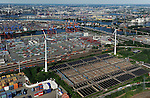 DEUTSCHLAND Hamburg Hafen Eurogate und HHLA Containerterminal und Nordex Windraeder des staedtischen Energieversorger Hamburg Energie auf dem Gelaende des Klaerwerk Dradenau von Hamburg Wasser<br /> /<br /> GERMANY Hamburg , harbour Container terminal and Nordex wind turbine