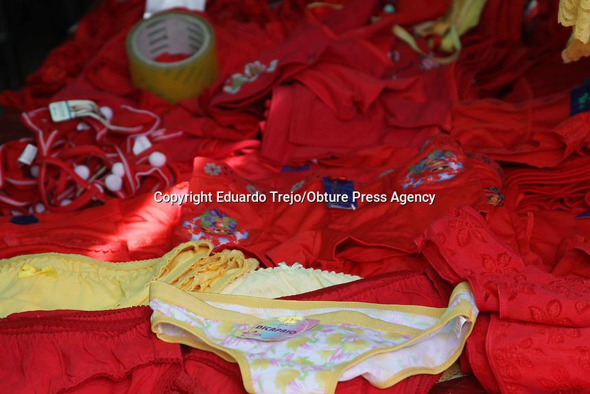 M&eacute;xico. 31 diciembre 2014.- Decenas de tiendas de corseter&iacute;a han llenado sus aparadores con lencer&iacute;a en colores rojo, amarillo y blanco, as&iacute; mismo, se pueden ver en puestos provisionales de todos los mercados populares de la Rep&uacute;blica Mexicana, lo anterior desembocado de la demanda de este tipo de prendas &iacute;ntimas ante la llegada del fin de a&ntilde;o.<br />  <br /> Y es que la creencia de que la ropa &iacute;ntima (hombre o mujer) en los colores antes mencionados atrae el dinero, la suerte y el amor, se ha pasado de generaci&oacute;n en generaci&oacute;n, por lo que cientos de mexicanos se pueden ver comprando estos art&iacute;culos para su uso este &uacute;ltimo d&iacute;a del a&ntilde;o 2014.<br />  <br /> Cabe destacar que el ritual de usar esta lencer&iacute;a ha pasado de ser una mera creencia a una estrategia de mercadotecnia para las empresas manufactureras que realizan estos art&iacute;culos, ya que por estas fechas incrementan sus ventas ante la demanda de estos productos.