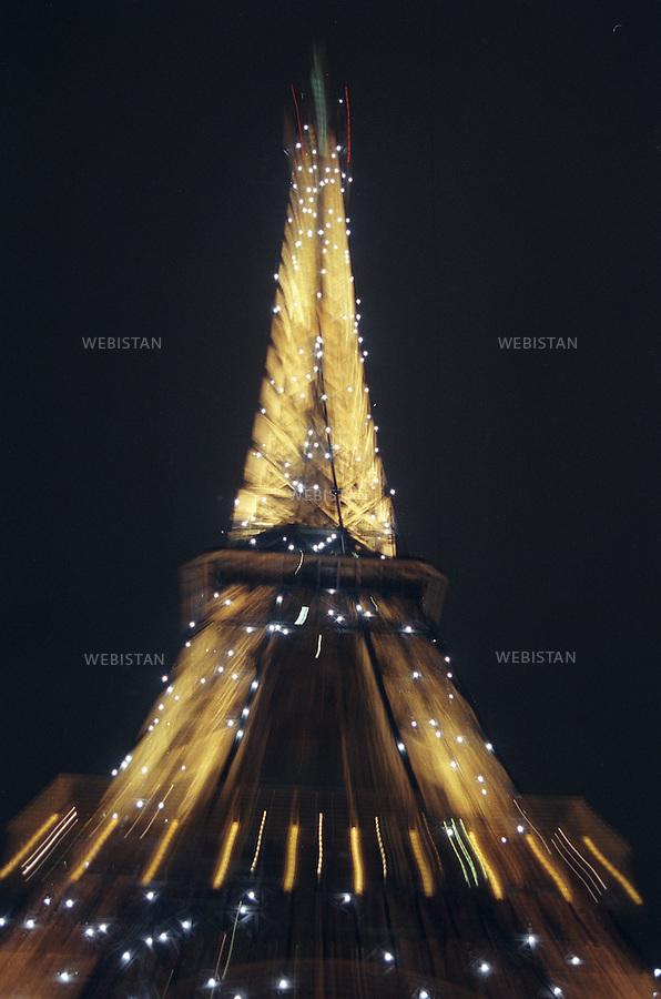 Eiffel Tower illuminated at night. Tour Eiffel illuminée de nuit.