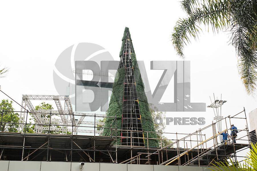 SAO PAULO, SP, 04.12.2014 - Começou a montagem da árvore de natal da decoração da avenida Paulista,  nessa quinta 04 ( Gabriel Soares/ Brazil Photo Press)