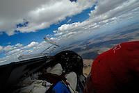 4415 / Duo Cockpit: AFRIKA, SUEDAFRIKA, 04.01.2007: Pilot beim Segelfliegen in einem Duo Discus Cockpit, Blick auf Instrumente und Wolken