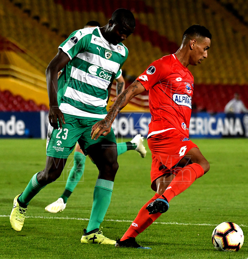 BOGOTÁ - COLOMBIA, 16-04-2019: Danilo Arboleda de La Equidad (COL) y Brendix Parra de Independiente F.B.C. (PAR), disputan el balón durante partido de la primera etapa entre La Equidad (COL) y el Independiente F.B.C. (PAR), por la Copa Conmebol Sudamericana 2019 en el estadio Nemesio Camacho El Campin, de la ciudad de Bogotá. / Danilo Arboleda of La Equidad (COL) and Brendix Parra of Independiente F.B.C. (PAR), figths for the ball, during a match between La Equidad (COL) and Independiente F.B.C. (PAR), as part of the first stage for the Conmebol Sudamericana Cup 2019 in the Nemesio Camacho El Campin stadium in Bogota city. Photo: VizzorImage / Alejandro Rosales / Cont.