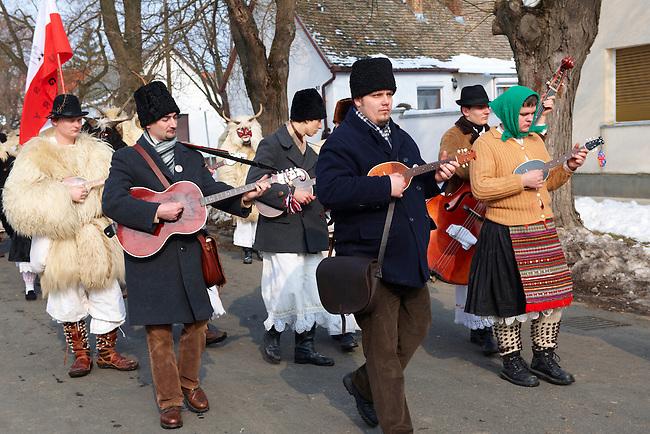 Folk Musicians on the Monady house visits of  the Busojaras Spring  festival 2010 Mohacs Hungary - Stock photos