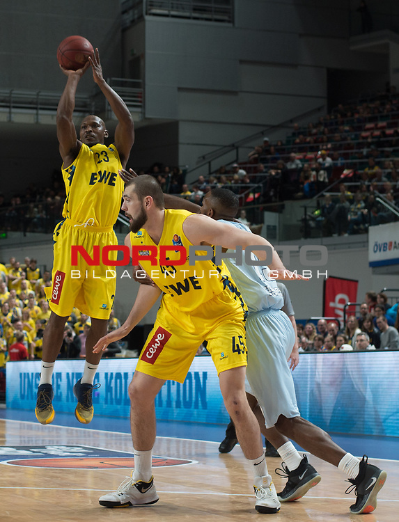 10.02.2019, &Ouml;VB Arena, Bremen, GER, easy Credit-BBL, Eisb&auml;ren Bremerhaven vs EWE Baskets Oldenburg, im Bild<br /> frei zum Wurf..<br /> Chris WARREN ( Eisb&auml;ren Bremerhaven #3 )<br /> Rickey PAULDING (EWE Baskets Oldenburg #23 ), Nathan BOOTHE (EWE Baskets Oldenburg #45 )<br /> Foto &copy; nordphoto / Rojahn