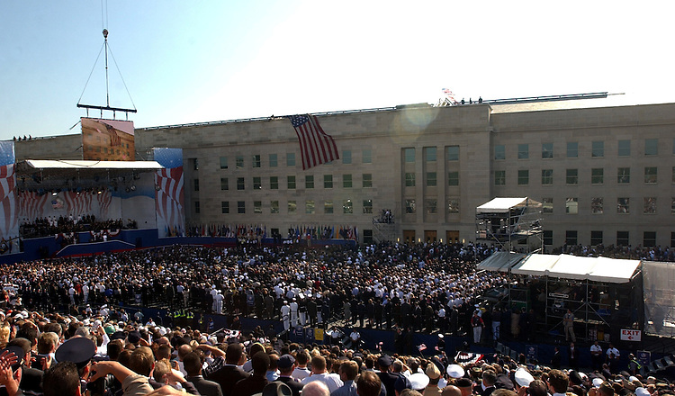 KRT US NEWS STORY SLUGGED: ATTACKS-PENTAGON KRT PHOTO BY GEORGE BRIDGES/KRT (September 11) ARLINGTON, VA -- A large crowd attends a service at the Pentagon Wednesday, September 11, 2002, on the one-year anniversary of the crash of a hijacked plane into the building. The flag also was flown from the building after the attack. (KRT) NC KD BL 2002 (Horiz) (gsb)