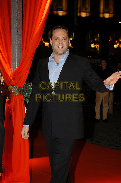 "VINCE VAUGHN.Premiere of ""Fred Claus"", Rome, Italy..November 21st, 2007.half length black suit jacket 3/4 hand waving .CAP/CAV.©Luca Cavallari/Capital Pictures."