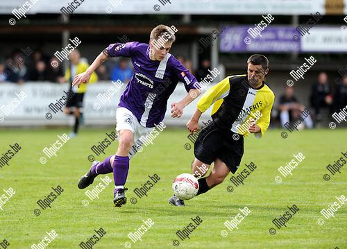 2012-05-17 / Voetbal / 2011-2012 / Heikant - Rochus Deurne / Dennis Geerts (l. Heikant) wordt belaagd door Yannick Degroef..Foto: Mpics.be