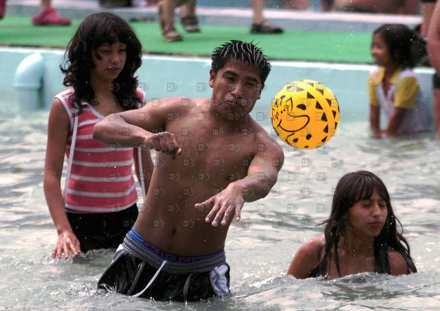 CIUDAD DE M&Eacute;XICO,  abril 7, 2012.  &ndash; Un joven mexicano juega con una pelota de pl&aacute;stico en una  alberca,  durante  el S&aacute;bado de Gloria, en el marco de la Semana Santa, en el Balneario Pantitl&aacute;n, Ciudad de M&eacute;xico, el 7 de abril de 2012. Foto:  ALEJANDRO MELENDEZ<br /> <br /> MEXICO CITY, April 7, 2012. - A young Mexican boy playing with a plastic ball in a pool during Holy Saturday, as part of Holy Week in the Spa Pantitl&aacute;n, Mexico City, on April 7, 2012. Photo: ALEJANDRO MELENDEZ