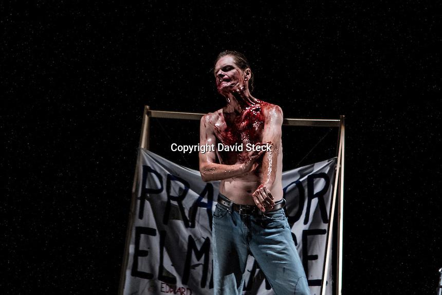 Quer&eacute;taro, Qro. 03 Mayo 2015.- Estreno de &quot;Country&quot;, obra de teatro con una dramaturgia de Juan Carlos Franco y dirigida por &eacute;l mismo.<br /> <br /> La obra trata de &quot;..la historia de Jackson Parker, un joven que mata a 26 personas en Arizona mientras act&uacute;a en la obra escolar. A partir de este hecho se desprende un entramado de hechos, antes y despu&eacute;s del atentado, que ponen la tragedia en medio de la vida diaria de un pueblo: Jackson Parker habla del futuro, un grupo de j&oacute;venes monta Our Town de Thornton Wilder en la escuela, Jackson Parker sue&ntilde;a con John Wayne, el pueblo se hunde en el luto y la rabia. A la vez retrato de la violencia y la juventud y alegor&iacute;a sobre los Estados Unidos, Country propone preguntas m&aacute;s que respuestas, a la vez que muestra descarnadamente c&oacute;mo cualquier vida puede ser tocada en un solo instante de locura..&quot;<br /> <br /> &quot;Country&quot; cuenta con actuaciones de Manuel Puente,Tom Ebert, Niyura Delgado,Jorge Martinoli,Mar&iacute;a Fernanda Monroy,Daniel Alvarez Gorozpe,Daniela Ibarra,Jorge Maldonado,Guillermo Gutierrez<br /> y Fernando Carvajal en el Museo de la Ciudad  <br />  <br /> <br /> Foto: David Steck / Obture