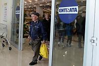 Roma, 5 Aprile 2017<br /> Uomo anziano con buste della spesa esce dal supermercato.<br /> Esselunga del prenestino.<br /> Apre il primo Superstore di Esselunga a Roma, in Via Palmiro Togliatti.