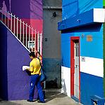 Trabalho de carteiro na favela de Heliópolis, São Paulo. 2014. Foto de Juca Martins.