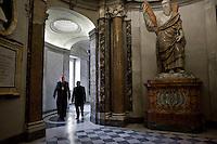 Il Cardinale George Pell cammina all'interno della Basilica di San Pietro.
