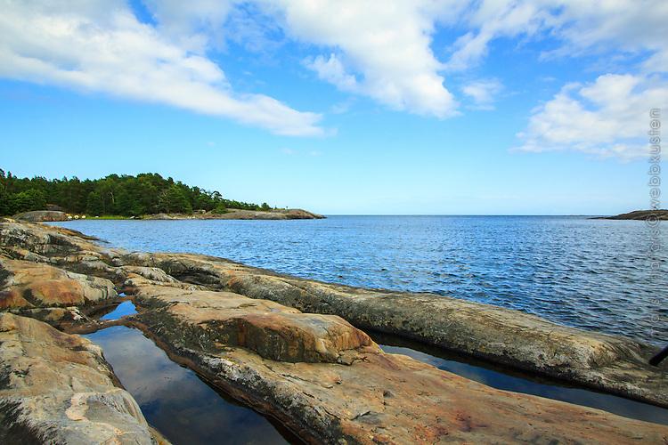 Klippa vid havet med urberg Utö Rävstavik i Stockholms skärgård