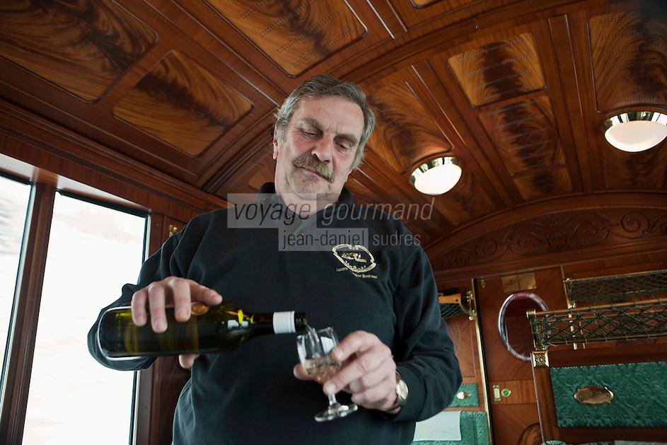 Europe/Suisse/Saanenland/Gstaad:  Service du vin blanc  à  bord d'une voiture belle-époque du  train GoldenPass Line -MOB -  qui relie Montreux à Gstaad - la ligne panoramique du Montreux-Oberland-Bernois (MOB). [Non destiné à un usage publicitaire - Not intended for an advertising use]