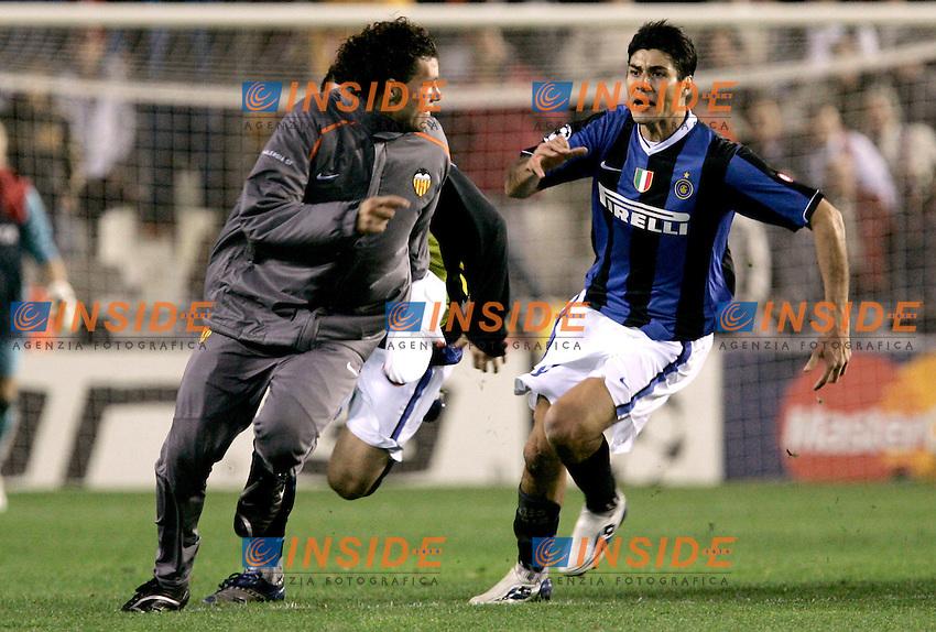 Valencia's David Navarro runs away from Inter de Milan's Julio Cruz during a fight after Champions League match at Mestalla stadium in Madrid, Tuesday March 06, 2007. <br /> NAVARRO SCAPPA DA CRUZ<br /> (ALTERPHOTOS/Alvaro Hernandez).