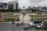 La statue du roi Taksin unificateur du pays ,domine la place Wongwian Wai, dans le vieux Bangkok où se trouvent les quartiers populaires. Tous les ans une cérémonie a lieu le 28 décembre sur cette place pour célébrer son couronnement.