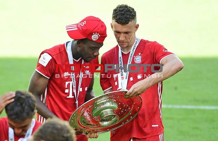 Deutscher Meister 2020, FC Bayern Muenchen v.l. Alphonso Davies, Ivan Perisic mit Meisterschale<br />Wolfsburg, 27.06.2020: nph00001: , Fussball Bundesliga, VfL Wolfsburg - FC Bayern Muenchen 0:4<br />Foto: Tim Groothuis/Witters/Pool//via nordphoto<br /> DFL REGULATIONS PROHIBIT ANY USE OF PHOTOGRAPHS AS IMAGE SEQUENCES AND OR QUASI VIDEO<br />EDITORIAL USE ONLY<br />NATIONAL AND INTERNATIONAL NEWS AGENCIES OUT