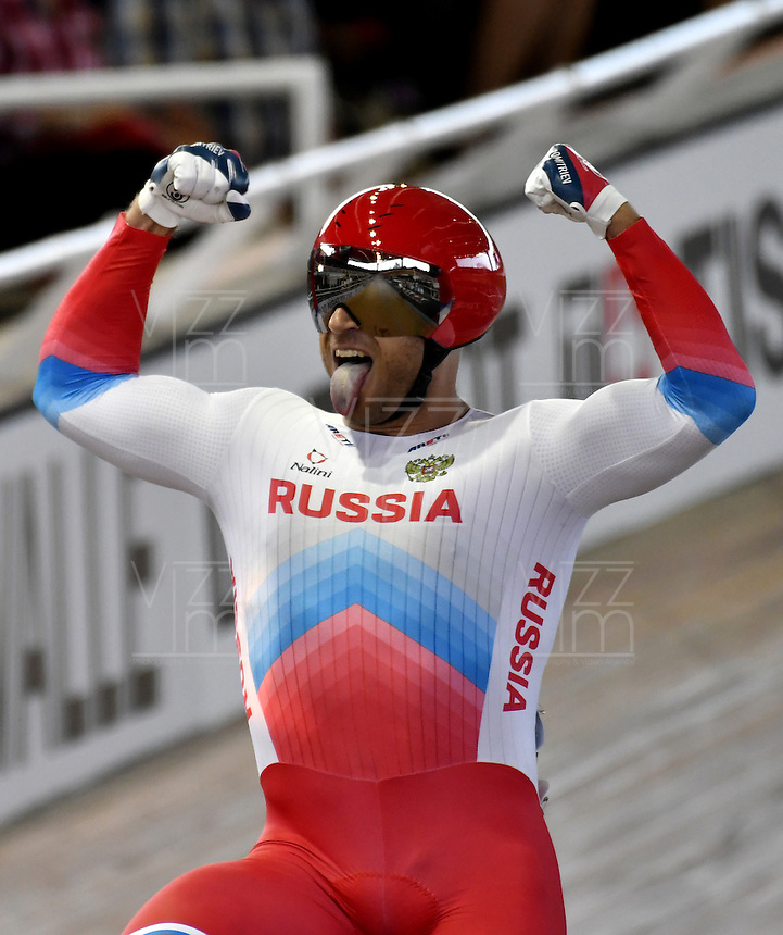 CALI – COLOMBIA – 19-02-2017: Denis Dmitriev de Rusia celebra después de ganar medalla de oro en la prueba Velocidad hombres en el Velodromo Alcides Nieto Patiño, sede de la III Valida de la Copa Mundo UCI de Pista de Cali 2017. / Denis Dmitriev (L), from Russia celebrates afer win gold medal in the Men´s Sprint Race at the Alcides Nieto Patiño Velodrome, home of the III Valid of the World Cup UCI de Cali Track 2017. Photo: VizzorImage / Luis Ramirez / Staff.