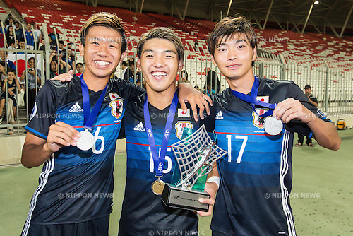 (L-R) Ryo Hatsuse, Ritsu Doan, Mizuki Ichimaru (JPN), OCTOBER 30, 2016 - Football / Soccer : Most Valuable Player Ritsu Doan (C) of Japan poses with the trophy after winning the AFC U-19 Championship Bahrain 2016 Final match between Japan 0(5-3)0 Saudi Arabia at Bahrain National Stadium in Riffa, Bahrain. (Photo by AFLO)