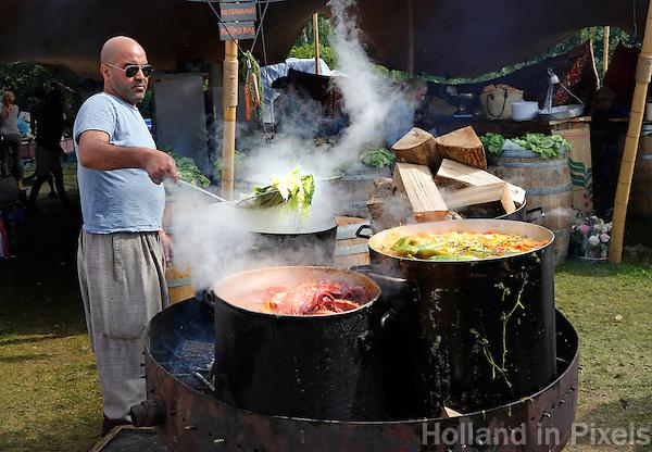 Festival in Amsterdam. De Rollende Keukens. Festival waar bijzondere snacks en maaltijden worden verkocht. Kookpotten van restaurant Rainarai. Nomadische keuken uit Algerije