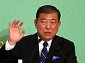 Shinzo Abe and Shigeru Ishiba hold debate