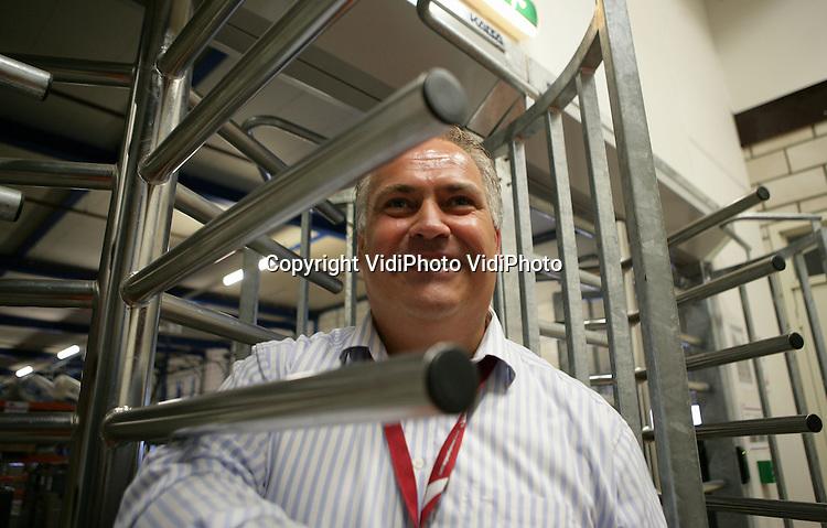 Foto: VidiPhoto..WIJCHEN - Dion Loeven van Ceva Logistics. Het bedrijf in Wijchen heeft opnieuw de hoogste beveiligingsgraad gehaald.