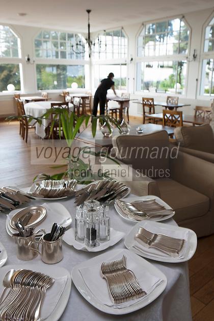 Europe/France/Bretagne/56/Morbihan/ Carnac: Restaurant Le Tumulus - Le personnel dresse la salle