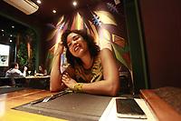 A economista Laura Rocha janta no restaurante Olho de Boto.