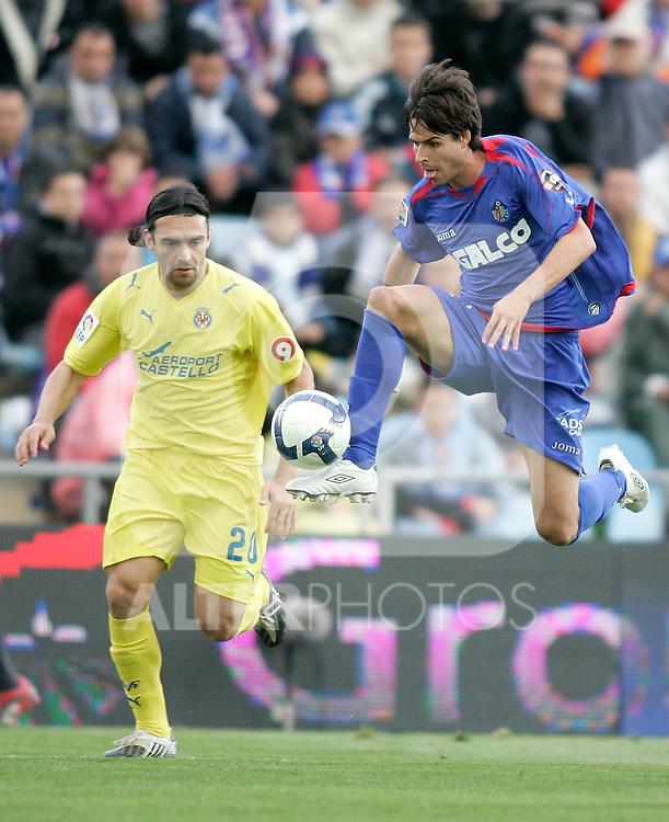 Getafe's Manuel del Moral against Villareal's Gonzalo Rodriguez during La Liga match, April 26, 2009. (ALTERPHOTOS/Alvaro Hernandez).