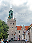 Szczecin, (woj. zachodniopomorskie), 15.07.2013. Zamek Książąt Pomorskich w Szczecinie - w głębi wieża dzwonów.  P