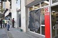 SAO PAULO, 12  DE JUNHO DE 2013 - PROTESTO AUMENTO TARIFA - Agencia do Bradesco, na Avenida Brigadeiro Luis Antonio é vista com plasticos no lugar de vidros que foram quebrados ontem durante proetsto contra o aumento da tarifa no transporte publico ocorrido na noite de ontem, 11, região central da capital. (FOTO: ALEXANDRE MOREIRA / BRAZIL PHOTO PRESS)