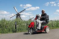 Man op scootmobiel in Kinderdijk