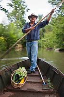 Europe/France/Poitou-Charentes/79/Deux-Sèvres/Arçais: Jean-Jacques Lamberton dit Tonton, batelier du Marais Poitevin rentre en barque de son potager du Marais Poitevin AUTO N°2010-109