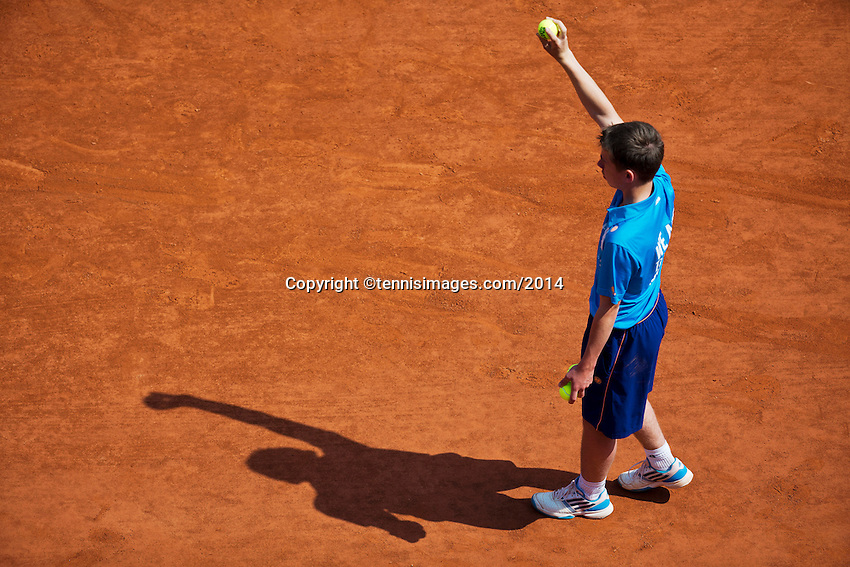 France, Paris, 31.05.2014. Tennis, French Open, Roland Garros, Ballboy ready to throw the ball with shadow<br /> Photo:Tennisimages/Henk Koster