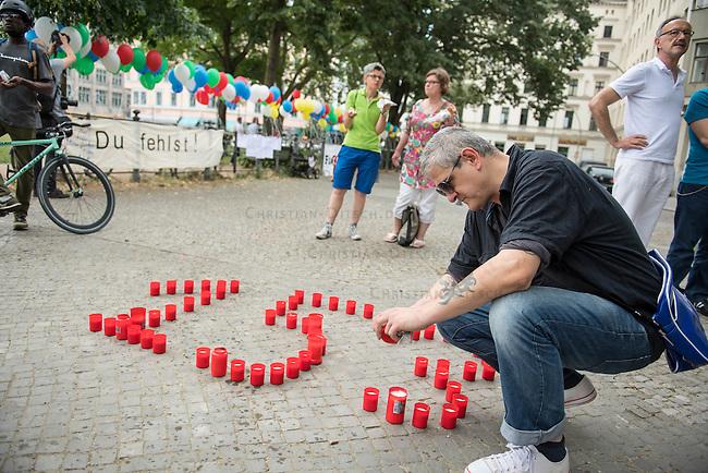 Internationaler Gedenktag fuer verstorbene Drogengebraucher.<br /> Unter dem Titel &bdquo;Menschenwuerde in der Substitution&ldquo; veranstalteten die Organisationen Deutsche AIDS-Hilfe, Fixpunkt e.V., JES Bundesverband e.V. und die Berliner Aids-Hilfe e.V. auf dem Oranienplatz in Berlin-Kreuzberg eine Gedenkveranstaltung fuer die an Drogenkonsum verstorbenen Menschen.<br /> In Berlin ist die Zahl der an illegalisierten Drogen verstorbenen Menschen im vergangenen Jahr um 24 Prozent gestiegen. Fast jeden 2. Tag stirbt ein Drogengebraucher bzw. eine Drogengebraucherin in der Stadt, 153 Menschen waren es 2015.<br /> Im Bild: Ein Mann entzuendet Kerzen, die die Anzahl der Toten von 2015 darstellen. <br /> 21.7.2016, Berlin<br /> Copyright: Christian-Ditsch.de<br /> [Inhaltsveraendernde Manipulation des Fotos nur nach ausdruecklicher Genehmigung des Fotografen. Vereinbarungen ueber Abtretung von Persoenlichkeitsrechten/Model Release der abgebildeten Person/Personen liegen nicht vor. NO MODEL RELEASE! Nur fuer Redaktionelle Zwecke. Don't publish without copyright Christian-Ditsch.de, Veroeffentlichung nur mit Fotografennennung, sowie gegen Honorar, MwSt. und Beleg. Konto: I N G - D i B a, IBAN DE58500105175400192269, BIC INGDDEFFXXX, Kontakt: post@christian-ditsch.de<br /> Bei der Bearbeitung der Dateiinformationen darf die Urheberkennzeichnung in den EXIF- und  IPTC-Daten nicht entfernt werden, diese sind in digitalen Medien nach &sect;95c UrhG rechtlich geschuetzt. Der Urhebervermerk wird gemaess &sect;13 UrhG verlangt.]
