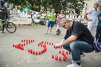"""Internationaler Gedenktag fuer verstorbene Drogengebraucher.<br /> Unter dem Titel """"Menschenwuerde in der Substitution"""" veranstalteten die Organisationen Deutsche AIDS-Hilfe, Fixpunkt e.V., JES Bundesverband e.V. und die Berliner Aids-Hilfe e.V. auf dem Oranienplatz in Berlin-Kreuzberg eine Gedenkveranstaltung fuer die an Drogenkonsum verstorbenen Menschen.<br /> In Berlin ist die Zahl der an illegalisierten Drogen verstorbenen Menschen im vergangenen Jahr um 24 Prozent gestiegen. Fast jeden 2. Tag stirbt ein Drogengebraucher bzw. eine Drogengebraucherin in der Stadt, 153 Menschen waren es 2015.<br /> Im Bild: Ein Mann entzuendet Kerzen, die die Anzahl der Toten von 2015 darstellen. <br /> 21.7.2016, Berlin<br /> Copyright: Christian-Ditsch.de<br /> [Inhaltsveraendernde Manipulation des Fotos nur nach ausdruecklicher Genehmigung des Fotografen. Vereinbarungen ueber Abtretung von Persoenlichkeitsrechten/Model Release der abgebildeten Person/Personen liegen nicht vor. NO MODEL RELEASE! Nur fuer Redaktionelle Zwecke. Don't publish without copyright Christian-Ditsch.de, Veroeffentlichung nur mit Fotografennennung, sowie gegen Honorar, MwSt. und Beleg. Konto: I N G - D i B a, IBAN DE58500105175400192269, BIC INGDDEFFXXX, Kontakt: post@christian-ditsch.de<br /> Bei der Bearbeitung der Dateiinformationen darf die Urheberkennzeichnung in den EXIF- und  IPTC-Daten nicht entfernt werden, diese sind in digitalen Medien nach §95c UrhG rechtlich geschuetzt. Der Urhebervermerk wird gemaess §13 UrhG verlangt.]"""