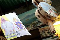 Tamburello Pulcinella e Bandierina Papa Francesco<br /> Napoli 21-03-2015 <br /> Visita Pastorale di Sua Santita' Papa Francesco all'Arcidiocesi di Napoli.<br /> Pastoral visit of his Holiness Pope Francis to the Archdiocese of Naples.<br /> Foto Cesare Purini / Insidefoto